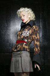 http://img149.imagevenue.com/loc166/th_667803706_gwenstefani_whb_001_122_166lo.jpg